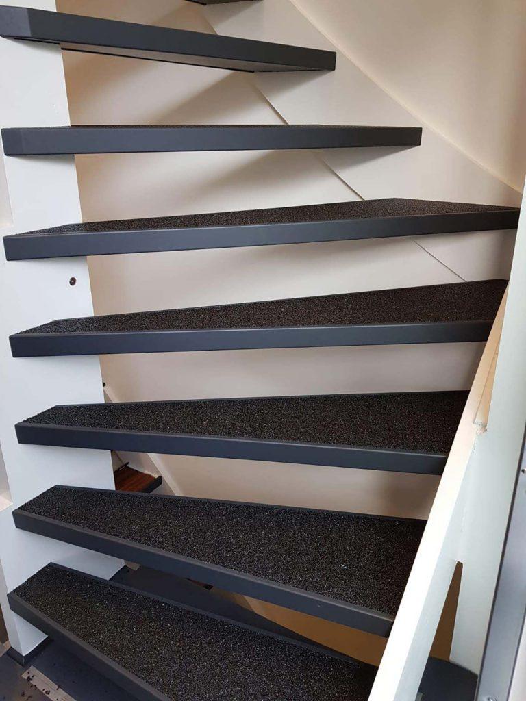 Dünne Stufen einer Treppe